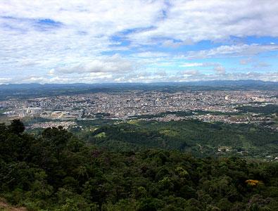 Vista aérea da cidade de Mogi das Cruzes vista do Pico do Urubu.