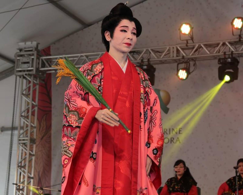 Img: Satoru Saito apresenta danças tradicionais de Okinawa durante 31ª Festa de Outono Akimatsuri